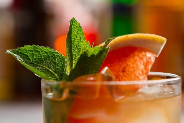 cocktail-with-slice-of-grapefruit-HQ9Z3L8-min