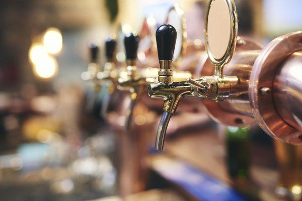 shot-of-beer-tap-in-the-pub-ZR589RV-min