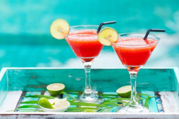 strawberry-margarita-cocktail-on-colorful-wooden-b-9XEYHU7-min
